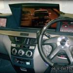 トヨタ ノア NOAH モニターインストール:22inchモニターミラー反転埋め込み 8inchモニター両サイド埋め込み デッキ埋め込み ダッシュボード作り込みアルカンターラ&塗装仕上げ